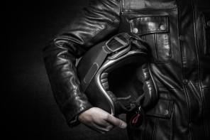 A la croisée des chemins : blouson en cuir et moto